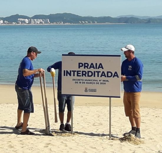 Praias de Balneário Camboriú interditadas recebem placas de orientação contra o uso